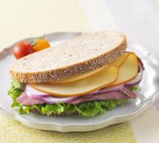 スモークスライスとパストラミビーフのライ麦サンド